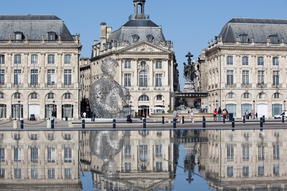 Oeuvre Jaume Plensa place de la Bourse à Bordeaux avec son miroir d'eau