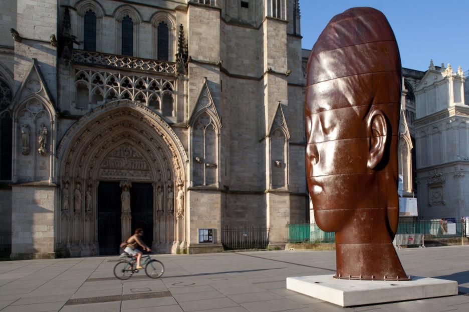 Oeuvre Jaume Plensa place Pey Berland face à la Cathédrale de Bordeaux